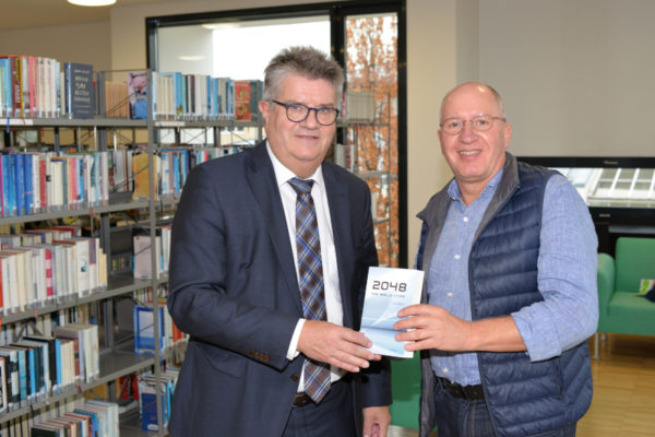 "Book presentation ""2048 – A Real Utopia"" to Mayor Hubert Schnurr"